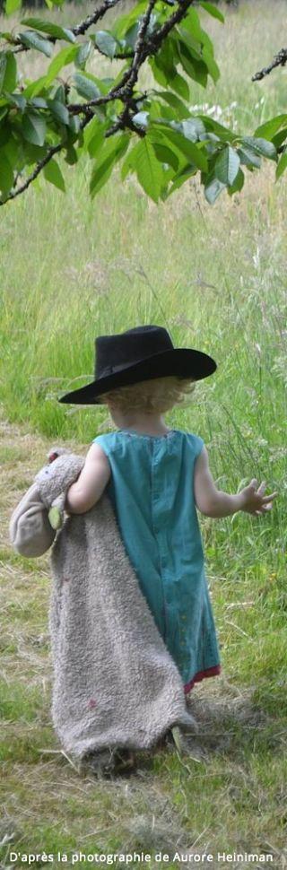 Enfant-spontané-créatif-libre-chapeau-doudou-nature-petite robe